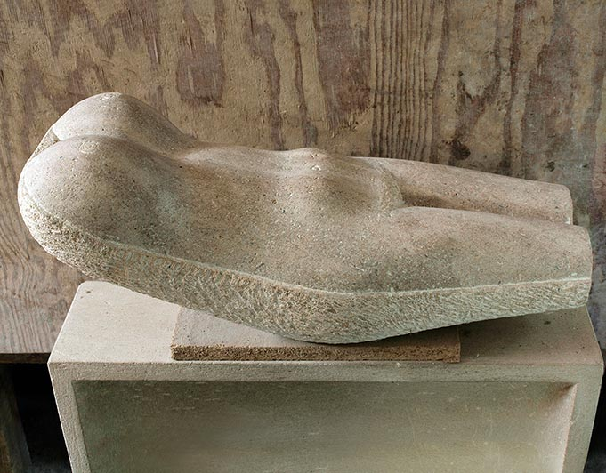 Liegende weibliche Steinskulptur von Klaus Kütemeier