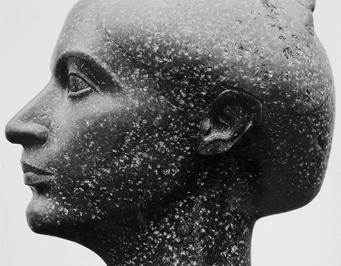 weiblicher Kopf aus dunklem Stein von Klaus Kütemeier