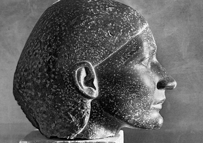 weiblicher Kopf im Profil aus dunklem Stein von Klaus Kütemeier