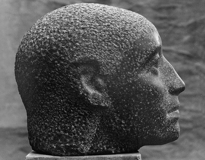 männlicher Kopf im Profil aus dunklem Stein von Klaus Kütemeier