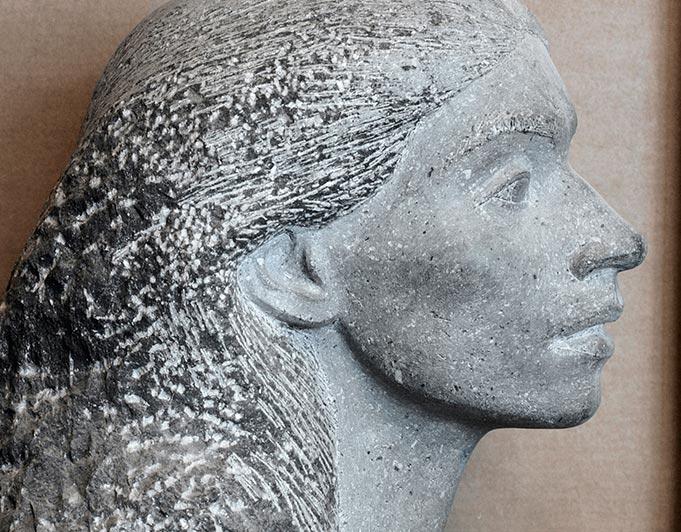 weiblicher Kopf im Profil aus hellem Stein von Klaus Kütemeier