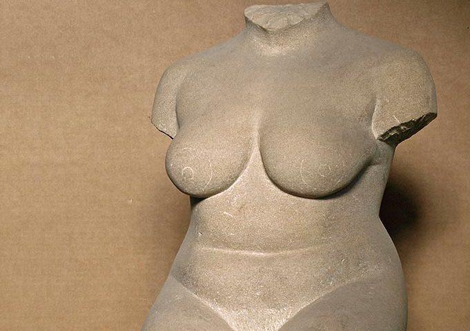 sitzender weiblicher Torso aus Stein von Klaus Kütemeier