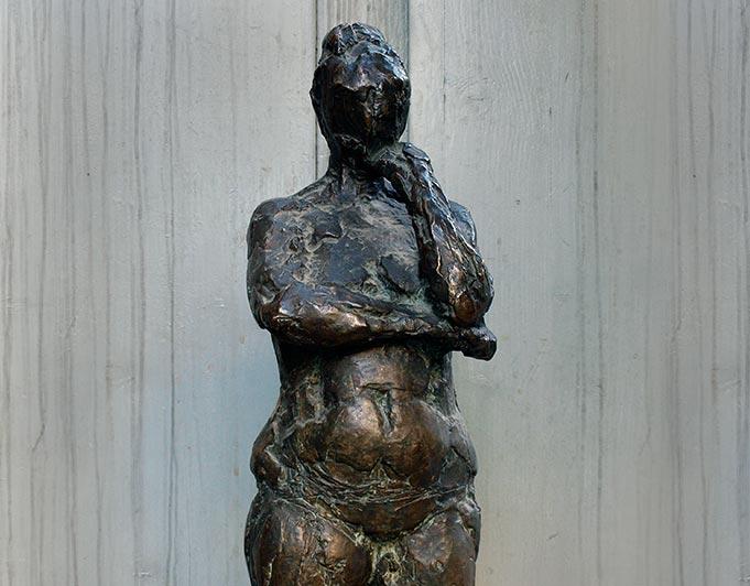 stehende weibliche Figur aus Bronze von Klaus Kütemeier