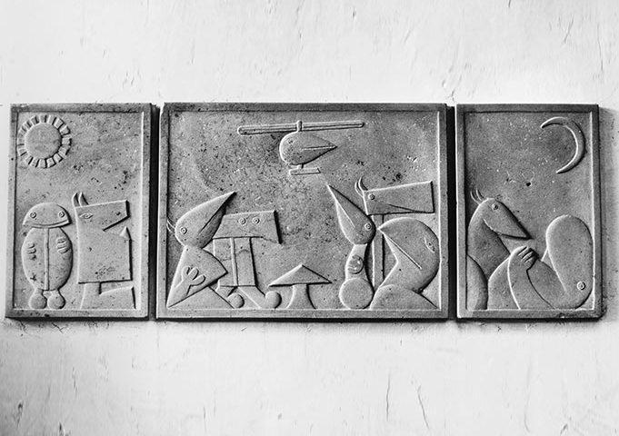 Triptychon aus Stein mit zeichenähnlichen Figuren von Klaus Kütemeier