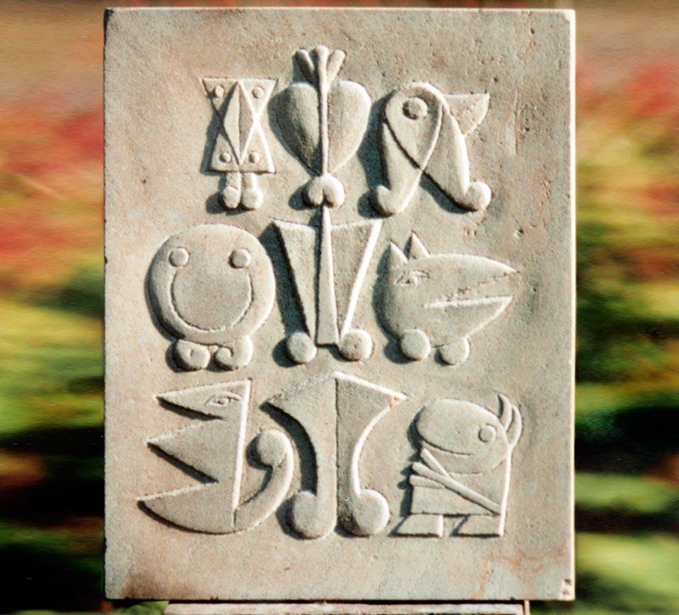 Platte mit neun zeichenähnlichen Figuren