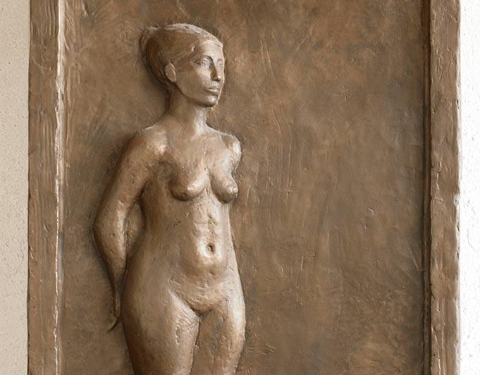 Bronze Relief mit weiblicher Ganzfigur von Klaus Kütemeier