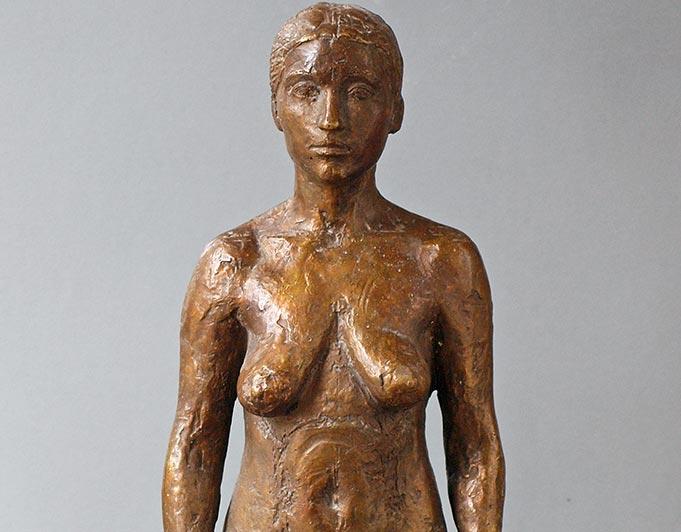 Stehene weibliche Bronzefigur von Klaus Kütemeier