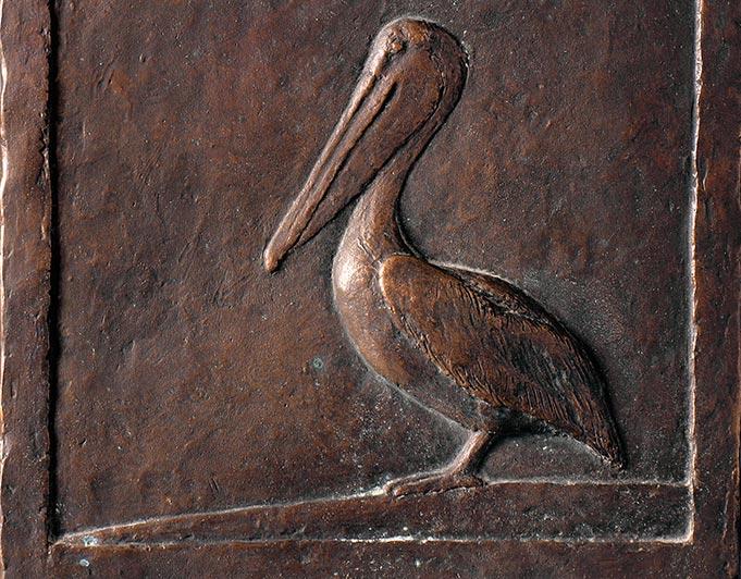 Bronzerelief mit Pelikan von Klaus Kütemeier